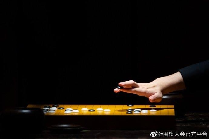 中國圍棋大會官方平台發佈了一組棋手落子的特寫照片